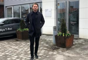 Alexander Lindgren utanför sin nya arbetsplats, Bilmetro i Gävle.