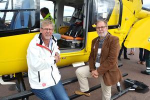 Landstingsrådet Gunnar Barke (S), tv, vid ambulanshelikopterbasen i Mora.