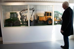 I en monter visas stora trämodeller, som togs fram under utvecklingsarbetet med nya maskiner för att visa hur den färdiga skogsmaskinen skulle se ut.