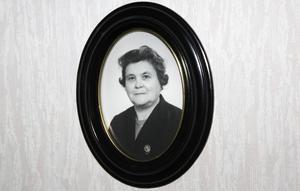 """Elons änka Anna Pettersson. Till sonen Elions konfirmation bad hon kommunen om ekonomiskt bidrag till en kostym. """"Men Elion skämdes, det kändes som att familjen tiggde, och efter konfirmationen bar han aldrig den kostymen igen"""", berättar sonhustrun Anna Pettersson."""
