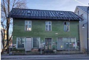 Företaget Train Alliance rustade huset Tripp, men ratade lilla gröna Trapp. Sedan dess har kåken bytt ägare två gånger, och båda har utlovat renovering. Nu verkar det som att det kan hända saker. Foto: Hallsbergs kommun