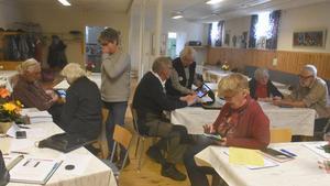 SPF och PRO i Hammerdal satsar gemensamt på en utbildning om smarta telefoner. Här ses de första kursdeltagarna. Foto: Karin Haxner