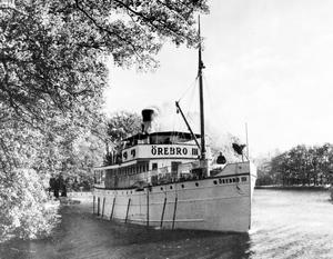 Passagerarbåten Å/F Örebro III tuffar på Svartån, 1940-tal. Fotograf: Okänd
