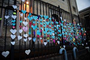 Synagogan i Göteborg kärleksbombades efter lördagskvällens attack. Blommor och pappershjärtan sattes upp på grindarna till byggnaden.