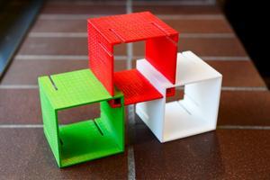 Den här miniatyren av hyllsystemet är utskriven i en 3D-skrivare och gjord i plast.