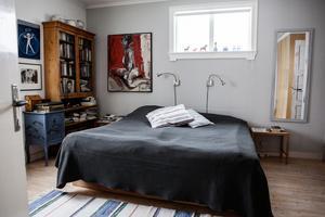 Målning bredvid sängen är av Anette Hide.
