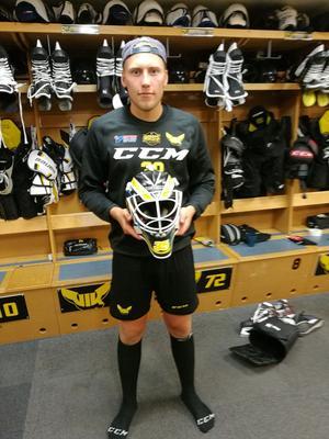 Emil Kruse med sin nya mask. Foto:  Marcus Aineskog
