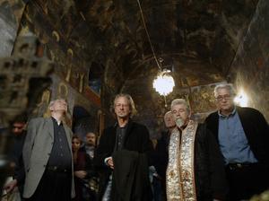 Peter Handke besöker en serbisk ortodox kyrka i Kosovo i samband med att skänkt stora summor pengar till serberna där. Foto: Visar Kryeziu/AP