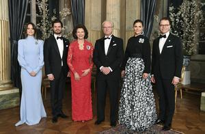 Prinsessan Sofia, prins Carl Philip, drottning Silvia, kung Carl Gustaf, kronprinsessan Victoria och prins Daniel riksdagssupén på Kungliga slottet i mitten av mars i år. Foto: TT