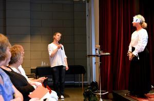 Textläsning varvas med diskussioner i Kulturmagasinets programsal. Frida Hallgren från Medborgarskolan berättar hur hon agerar när hon stöter på hårda tonlägen på nätet.