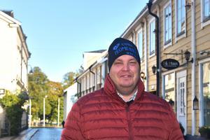 Diabetespromenaden är två och halv kilometer. Den börjar på Kyrkogatan 11 och avslutas på Borgmästarholmen där Jimmy Karlssons familj står och grillar korv.