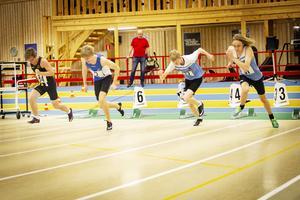 Alexander Nyström, tvåa från vänster, vann 60 meter för pojkar 17 år.