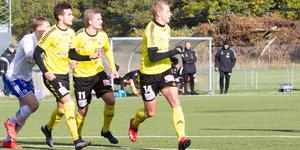 Sista och avgörande matchen. På lördag spelar Södra för en plats i trean kommande säsong och spelarna siktar förstås uppåt. Fr v Nemanja Plamenic, Oskar Ålgars och Filip Stjärnfeldt.