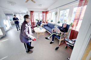 Förmiddagskaffet serveras vid elva och Bror Andersson sitter vid tv:n ute i samlingsrummet och dricker kaffe. Det visas en hockeymatch på tv:n men han har inte riktigt koll mellan vilka lag bataljen är. Efter ett tag blir det full rulle i rummet. Hjalle, Sonja och Kennet kommer på besök.