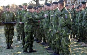 November 2004. Svenska soldater som tjänstgjort utomlands får medalj. Denna grupp har kommit hem från uppdrag i Afghanstan. Foto Fredrik Sandberg/TT