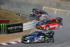 Kevin Eriksson, i den röda bilen, körde stabilt i Hamburg och säkrade en plats i semifinalen. Foto: fiaworldrallycross.com