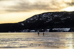Många har redan tagit sig ut på isen för att åka skridskor.