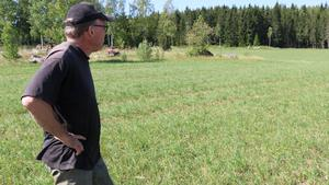 På delar av Anders Johanssons mark har grödorna växt skapligt, men skörden är liten och uppgår inte ens till hälften av vad som är vanligt.