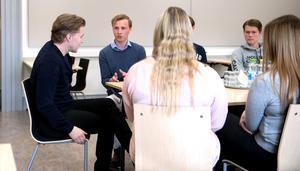 Emil Larsson ( i mitten) tog för sig under samtalet och  Martin Lorentzon imponerades av 18-åringens driv.