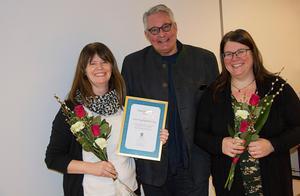 Äspnäs bygdegårdsförening fick den 27 november ta emot årets Tillgänglighetspris. Från vänster Marie Rislund, ordförande, Göran Bergström ordförande i tillgänglighetsrådet och Carina Larsson, ledamot. Bild: Privat.