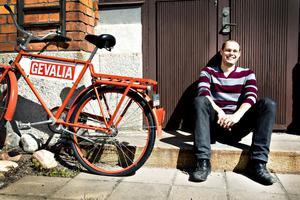 """NYTT FAVORITKAFFE. Anders Wigstein har jobbat på läkemedelsföretag i Strängnäs och Uppsala. Nu är han alldeles ny på jobbet som projektingenjör på                                         Gevalia, Gävles starkaste varumärke. """"Det känns kul. Bra företag, bra kollegor och jag har nära till jobbet"""", säger Anders som flyttat in i en bostadsrätt på Söder."""