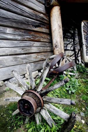 Gamla jordbruksredskap vid ladugårdsknuten vittnar om hårt slit på ägorna genom två århundraden.