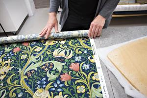 Med nytt tyg kan ge sina mäbler ett helt nytt utseende. Just nu är dessa tyger från Morris & Co enormt populära – mönster som gjordes för över hundra år sedan.