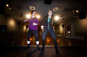 Ann-Sofie Barkensjö kommer att leda zumbapassen för barn. Till höger Angelica Sjöholm som också hon är zumbainstruktör och driver Angelica´s Dance & Style.