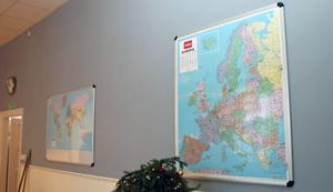 Kartor från skoltiden hänger fortfarande kvar på väggarna.