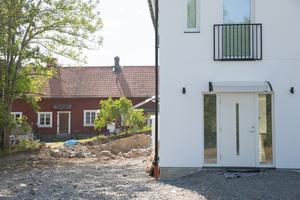 """""""Planarbetet syftar till att ändra detaljplanen avseende skydd för kulturhistoriskt värdefull fastighet, möjliggöra klyvning av fastigheter med redan uppförda parhus samt möjliggöra parhus i stället för friliggande hus"""" skriver Södertälje kommun på sin hemsida."""