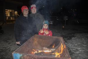Annika, Magnus och Ida Hedlund värmde sig vid elden.