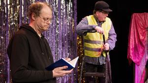 Tomas Winter som här spelar en kommunalarbetare som för anteckningar tycker om att spela revy. Det här blir hans tolfte.