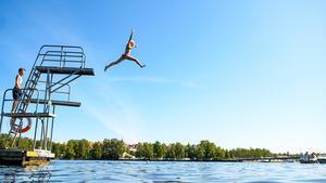 Surfbukten har blivit en självklar plats för både barnfamiljer och kompisgänget,  med många aktiviteter och du är bara ett hopp från bryggan ifrån ett dopp i sjön.