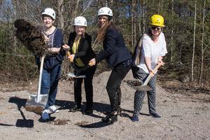 Ett symboliskt spadtag för att visa att bygget är igång. Från vänster: Irene Wikblom, undersköterska, Camilla Andersson Sparring (C), ordförande omvårdnadsnämnden, Veronica Zetterberg (M), ordförande serviceutskottet och Mona Järnemark, undersköterska.