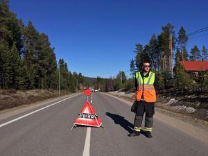 Vägen är avstängd från vänster om byn Lofsdalen.
