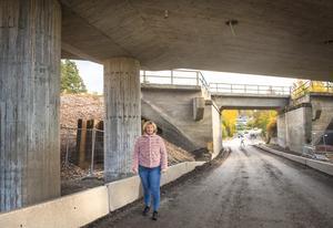 Gunilla Edin påpekar problem på vägen under viadukten i Njurundabommen.