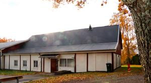 Roslagsmuseet ägde tidigare fastigheten i Långgarn. I dag hyr kommunen den, på ett kontrakt som löper till och med sista mars 2024.