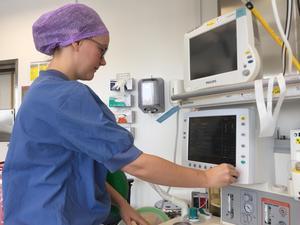 Anestesisjuksköterskan Evelina Johansson - med två år i yrket bakom sig - saknar tid för kompetensutveckling.