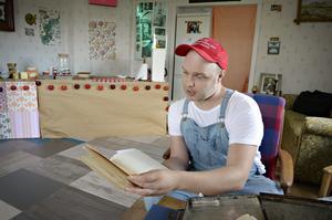 Sebastian Gunnesson har sparat alla gulnade dokument med sirlig handskrift, som ingick i köpet.