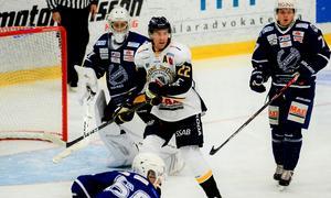 Markus Persson var en av åtskilliga Borlängespelare som för dagen gjorde livet surt för Köping Hockeys manskap. Foto: Stefan Lindgren