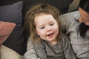 Ellie är tre år gammal och bor i Borlänge. I oktober  fick hennes föräldrar Malin och Marcus reda på att hon har krabbes sjukdom.