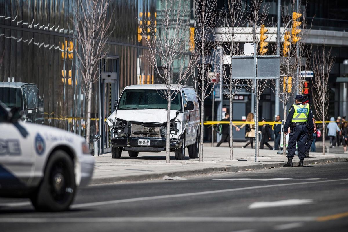 51a99f09d305 Förare i skåpbil mejade ner fotgängare i Toronto – tio döda och 15 skadades