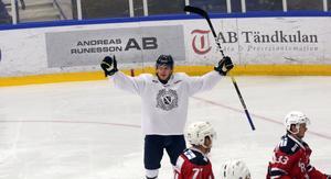 Oskar Holm jublar efter sitt första mål för Borlänges a-lag.
