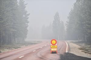 Väg  84 mellan Ljusdal och Lassekrog spärrades av på grund av bränderna.Foto: Maja Suslin / TT /