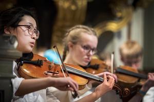 Konsertmästaren Ye Song Kim fick långa applåder för sin insats i Rimskij-Korsakovs Scheherazade, bredvid henne sitter Irmelin Celsing. Foto: Lennye Osbeck