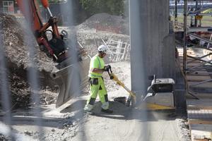 Just nu har man påbörjat arbetet med att bygga formställningen, som ska hålla formen på plats när bron sen ska gjutas.