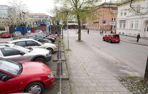 Förslaget om kraftigt sänkta parkeringspriser de två första timmarna upprör signaturen Visslaren.