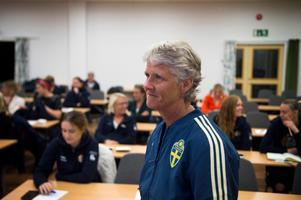 Från de stora fotbollsarenorna i de största mästerskapen till föreläsningssalen i Sundsvall. Det är kontraster för Pia Sundhage, som trivs med den nya tillvaron.