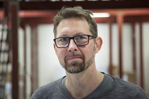 – I år ska vi producera 15,5 ton till 600 000 påsar eller askar. Det är ungefär 11 miljoner pastiller, säger Thomas Englund, produktionschef.
