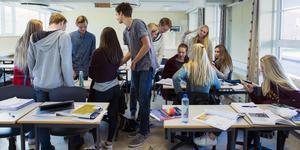 """""""En klass som bara skriker saker rätt ut och ska påpeka varenda liten detalj och nästan aldrig låta läraren tala till punkt. """" (Genrebild.)"""